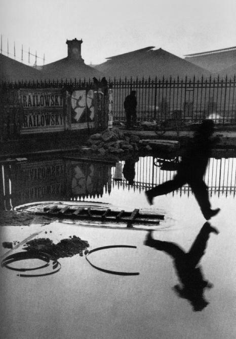 A man jumps from a wooden ladder - 1932-Henri Cartier-Bresson