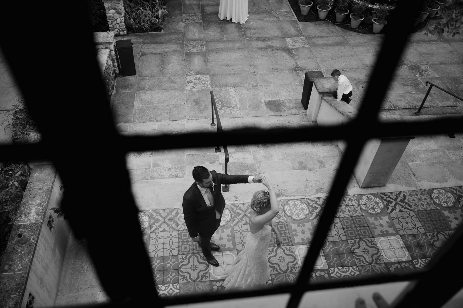 Photograph from above looking for the windows of the couple practicing their first dance has to rooms San sits on the wall